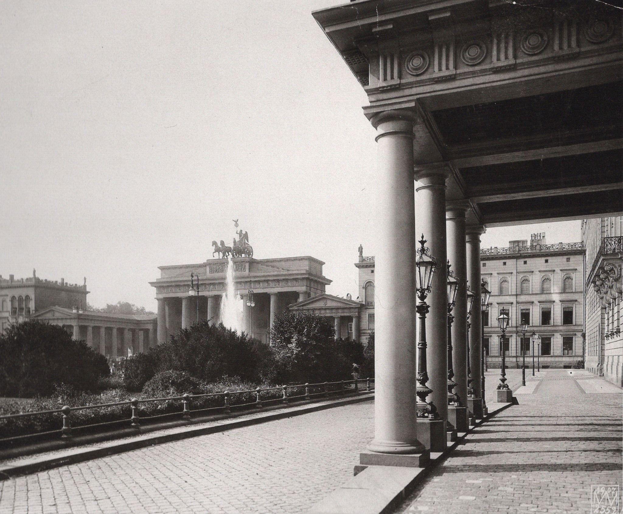 1907 Blick Auf Die Westseite Des Pariser Platzes Links Vor Dem Tor Der Pariser Platz 1 Erbaut Von Stuler 1847 48 Im Auftrag Vom Hof Bilder Berlin Spree Berlin