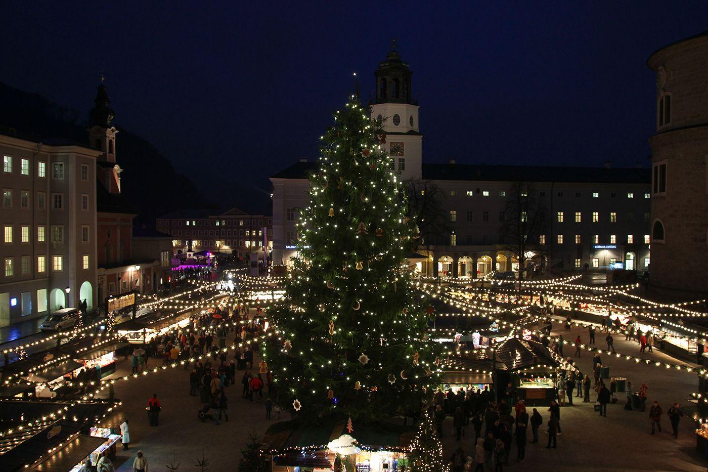 *Christkindlmarkt auf dem Salzburger Dom- und Residenzplatz* - The X-Mas-Market in Salzburg (Austria).