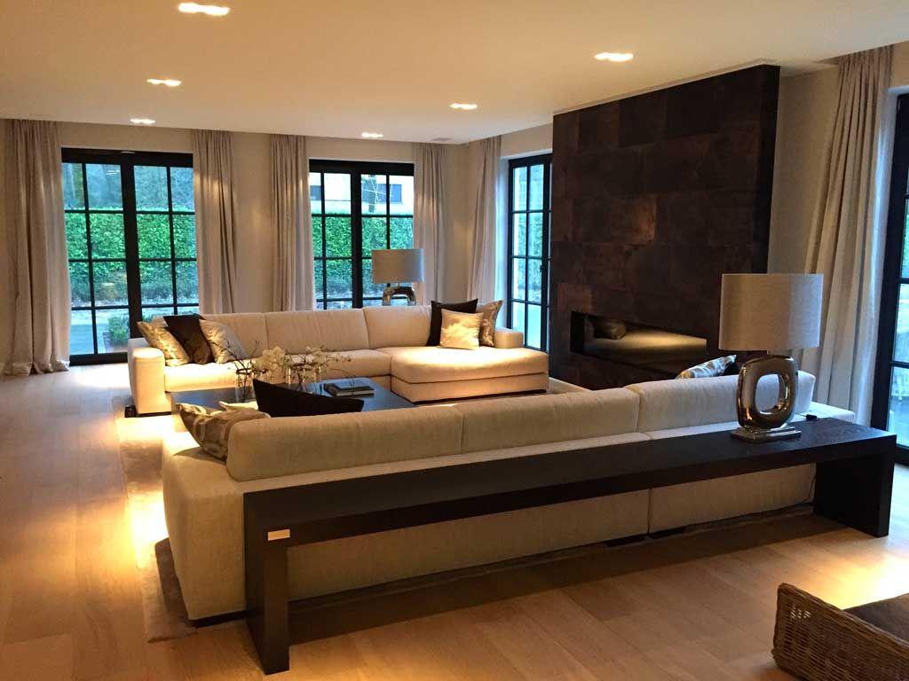 Sfeervolle woonkamer met mooie grote ramen tot aan grond