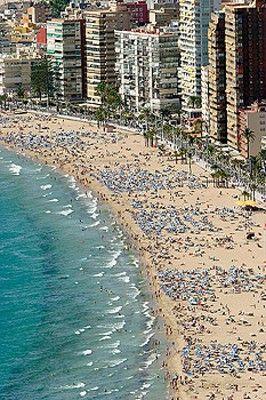 Levante Beach Benidorm Costa Blanca I Absolutely Love The Hustle And Bustle Of Benidorm It S Not F Lugares De España Viajar Por España Playas Paradisiacas
