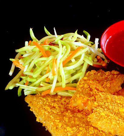 Uma mordida Perfeita: Varas de peixe crocante COM Brócolis Cenoura slaw e molho de Pimentão doce