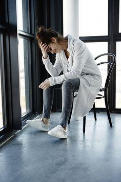 despojado, clean e fashion --- calça skinny + tênis + casco longo