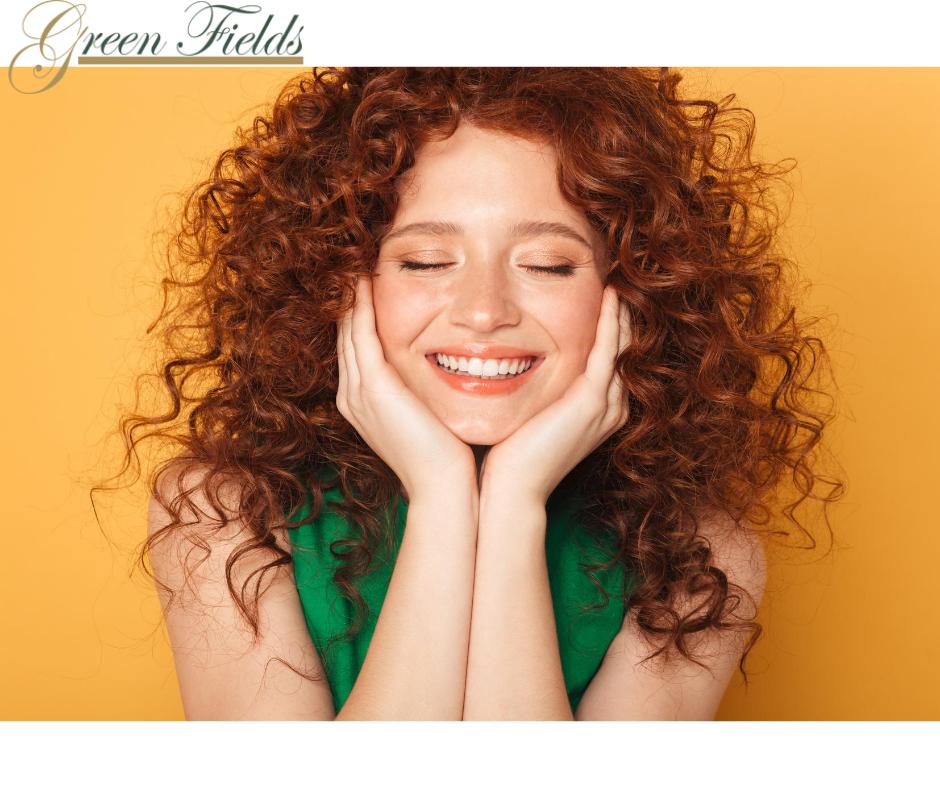 الشعر المجعد أو الذي يوجد بعة تطعيجات يحتاج لعناية خاصة وذلك لأنه يجف بسرعة ويكون معرض للتقصف لذا يفضل الابتعاد عن الم Curly Girl Hair Styles Long Hair Styles