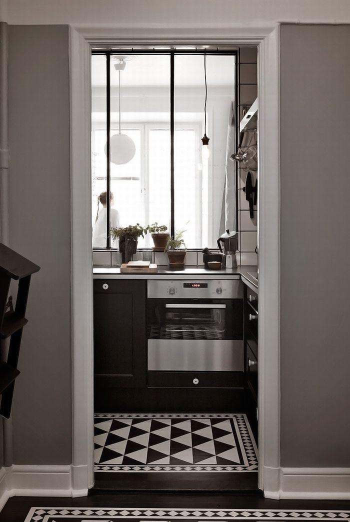 Dans cette cuisine avec verrière, le sol a été personnalisé avec un