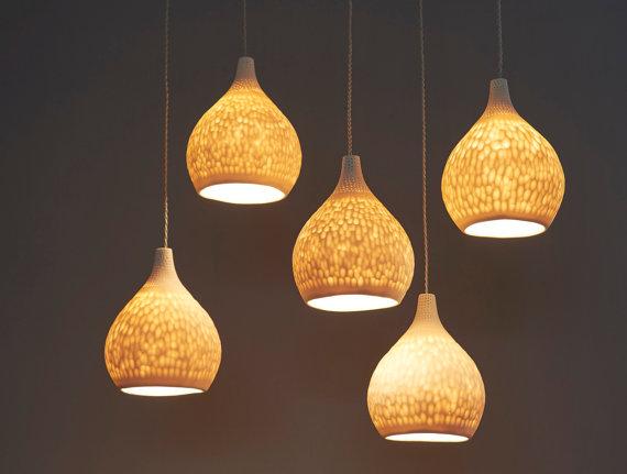 Diese Hängenden Lampenschirmen Sind Handgemacht, Die Durchscheinende  Porzellan Gusslegierung. Die Farben Hängen In