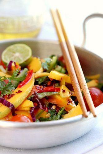 Вкуснейший вьетнамский манговый салат с лаймом, красным перцем, кинзой и томатами - приятно удивит ваши вкусовые рецепторы.