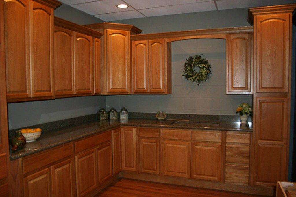 Kitchen paint colors with honey maple cabinets home for Kitchen pictures with oak cabinets
