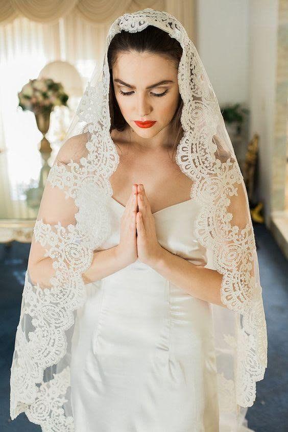 Photo of Velo de novia Illusion Tulle Mantilla Cathedral con borde de encaje con cordón
