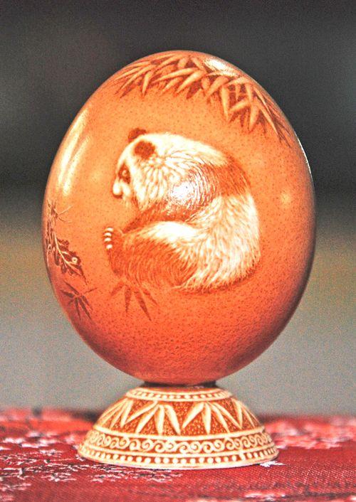 Pu Derong (蒲德榮) karvar det mest fantastika på vanliga ägg, allt  från blommor till gamla Kinesiska gubbar och olika djur... den här pandan blev min favorit♥