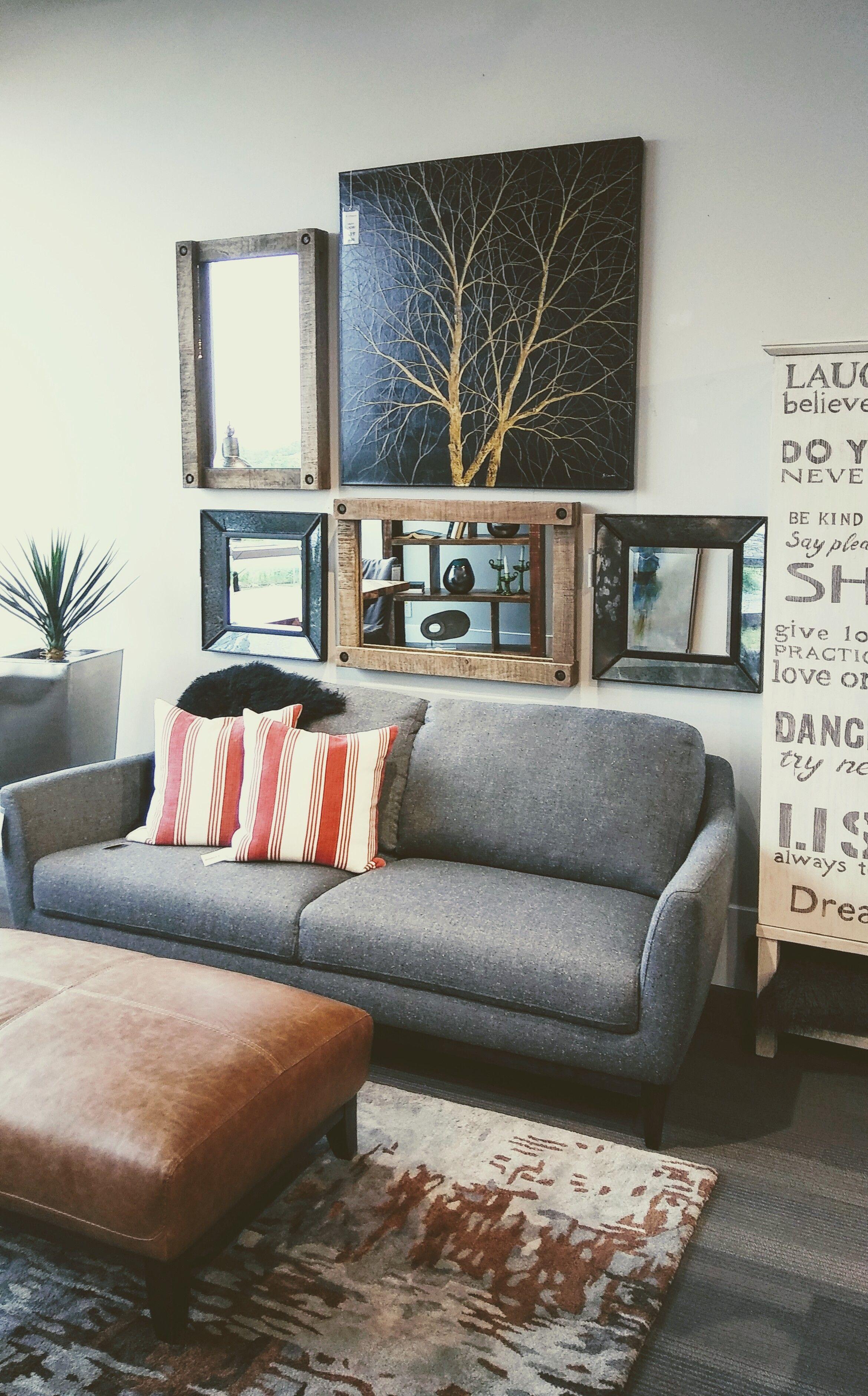sofa en tissu gris et pouf en cuir brun