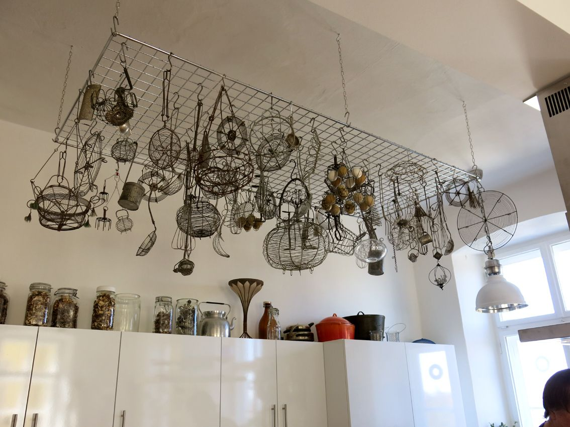 gro e anzahl an drahtutensilien als dekoration in der. Black Bedroom Furniture Sets. Home Design Ideas