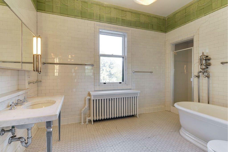 1 2m Queen Anne Mansion On Summit Avenue Is Postcard From The Past Bathtub Remodel Beautiful Bathtubs Refinish Bathtub