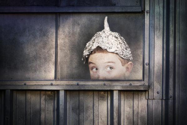 Boy in tinfoil hat  Vi skal passe på med at opdrage 'ego-børn', som ikke tåler at blive afvist og har svært ved at kunne udskyde deres umiddelbare behov.   ... ak ja - endelig tør nogen sige noget vedr. disse *små guder*.