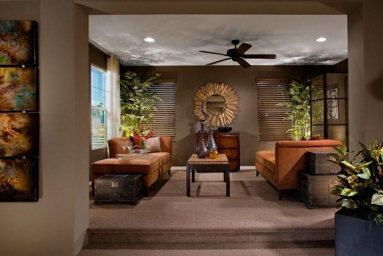 Taupe Wandfarbe, Orange Möbel Und Wandspiegel Mit Messing Rahmen