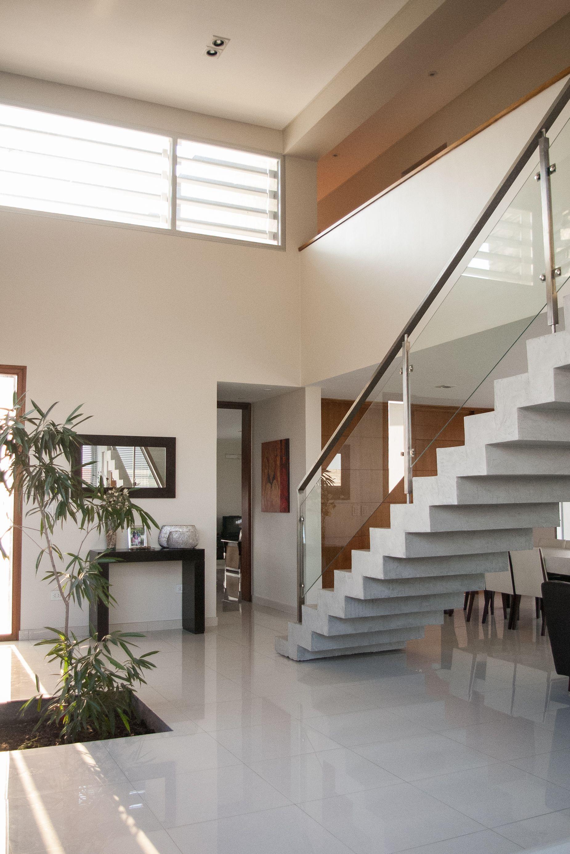 Doble altura vegetacion integrada a los ambientes for Iluminacion escaleras interiores