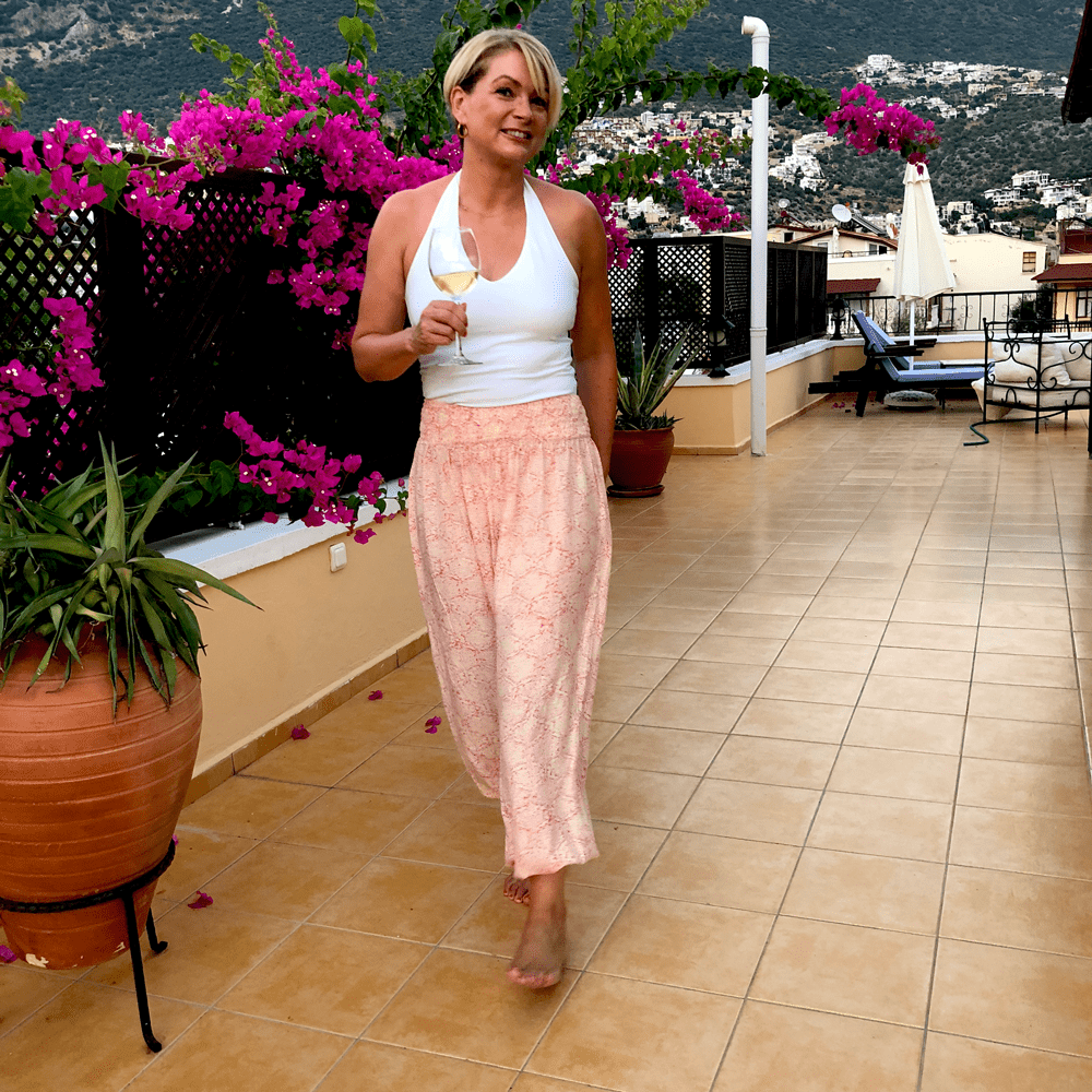 Packing for a hot beach holiday - women over 40 | summer outfits women over 40
