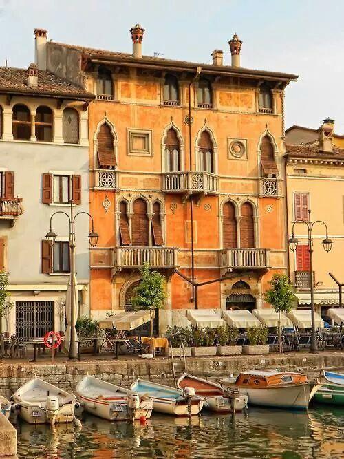 Donde más sino en Italia: los balcones del Lago Garda.