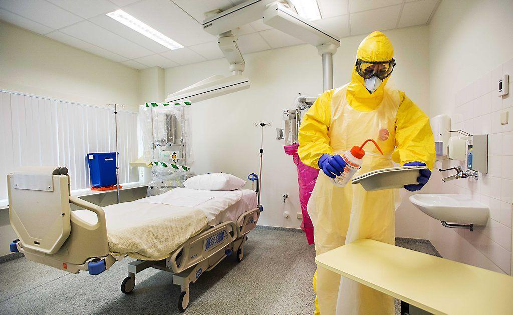 AMC gereed voor mogelijke komst ebolapatiënten (fotoserie) -  Een arts in speciale kleding in een geïsoleerde kamer voor de behandeling van een patiënt met het ebolavirus in het AMC in Amsterdam. beeld ANP
