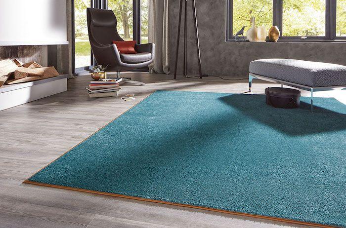 Ein Blauer Teppich Ein Brauner Sessel Und Laminat Boden Günstiger Bodenbelag