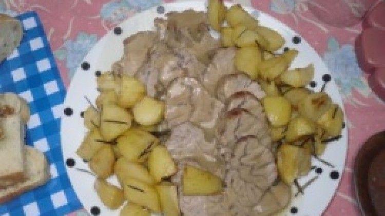 Ricetta Arrosto di vitello con patate al forno: Ho aggiunto un po' di olio di oliva e un po' di burro liquido in una padella. Ho aggiunto il rosmarino e la salvia sotto la rete che avvolge la carne. Ho fatto rosolare bene ogni lato della carne. Ho preparato del brodo di carne (qui...