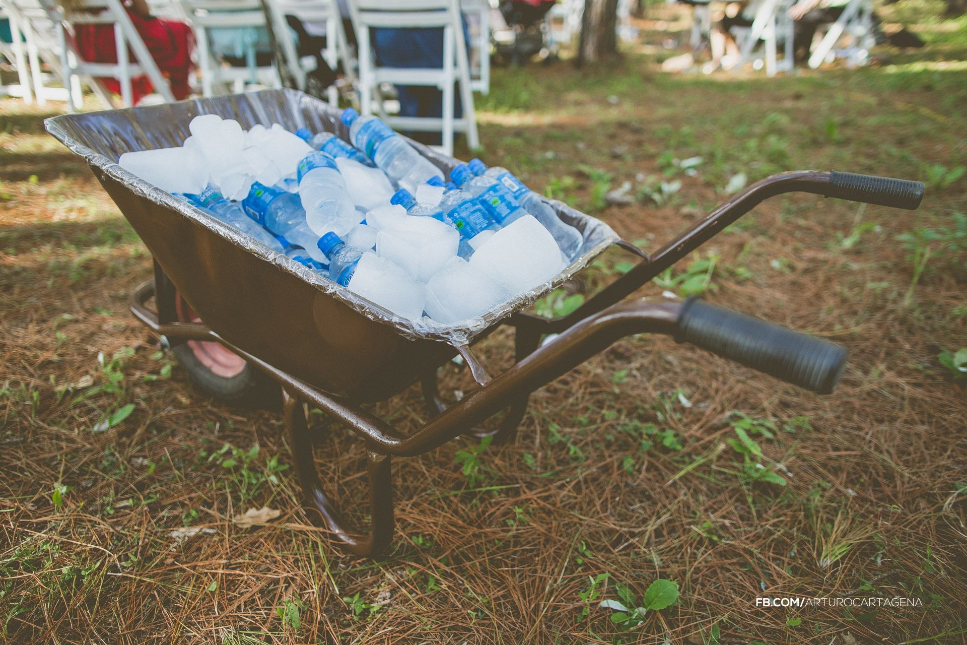 My wedding: fresh water and ice in a barrow. Outside ceremony | Photo by Arturo Cartagena