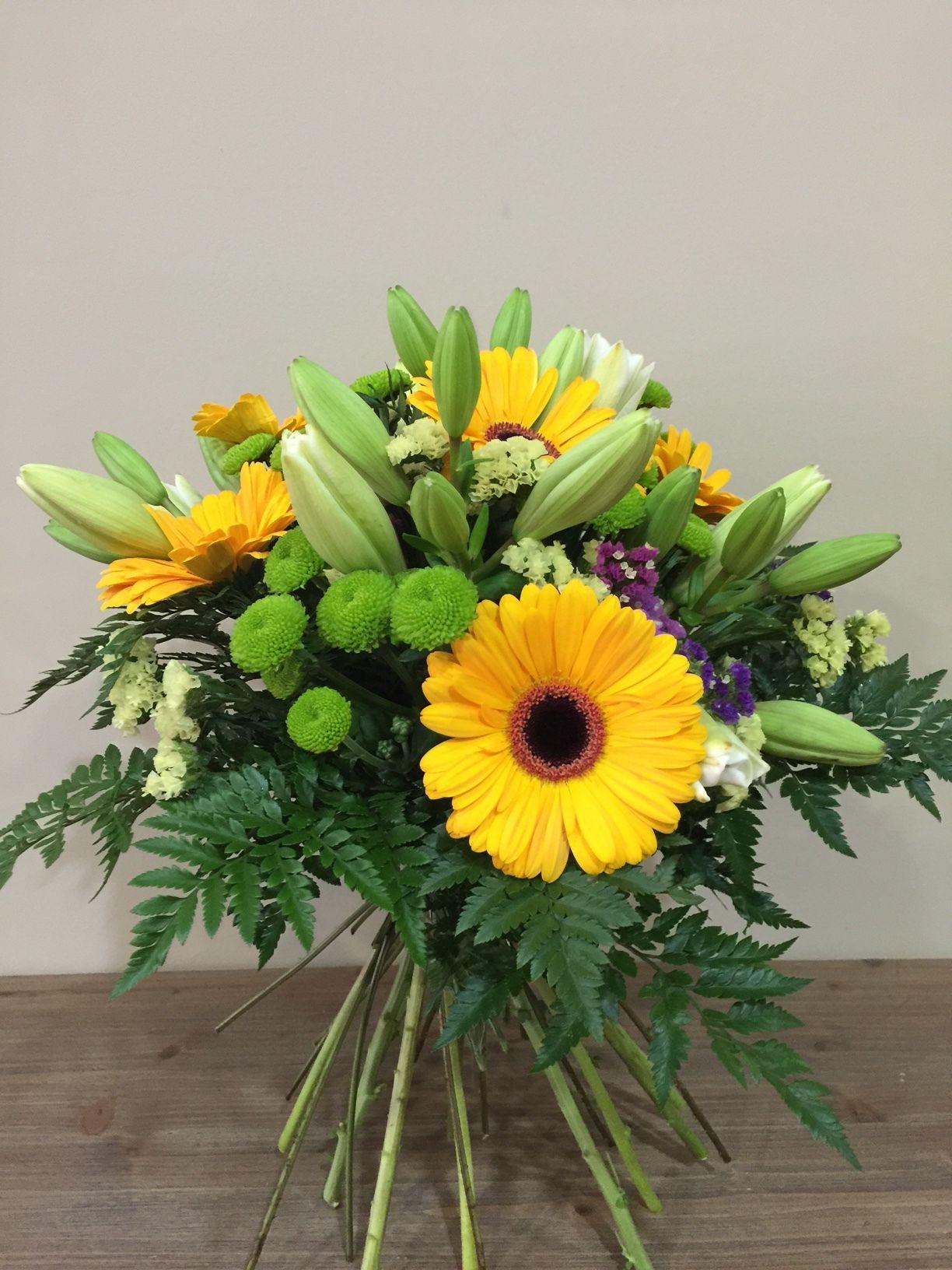 Excelente bouquet elaborado con flores de gran calidad y frescura,tonos alegres y naturales. Flores de temporada, gerbera,lilium, margarita.  Atención al clienteinfo@lesflorsdenuria.com