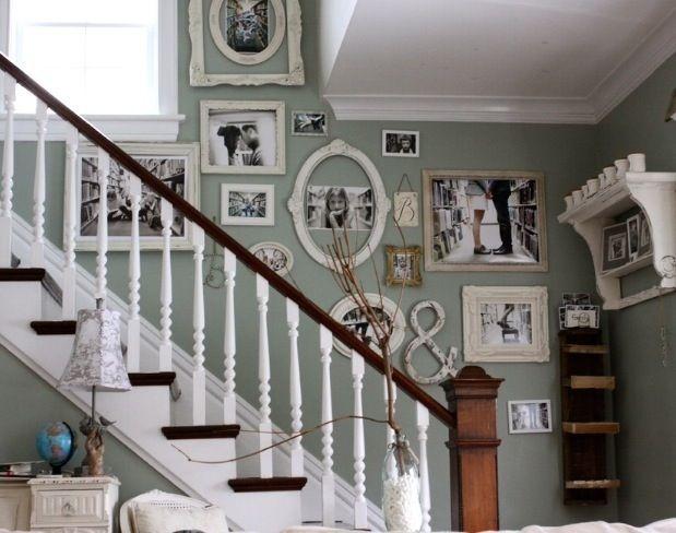 Schön Shabby Chic Treppenhaus Schwarz Weiße Fotos Salbeigrüne Wandfarbe