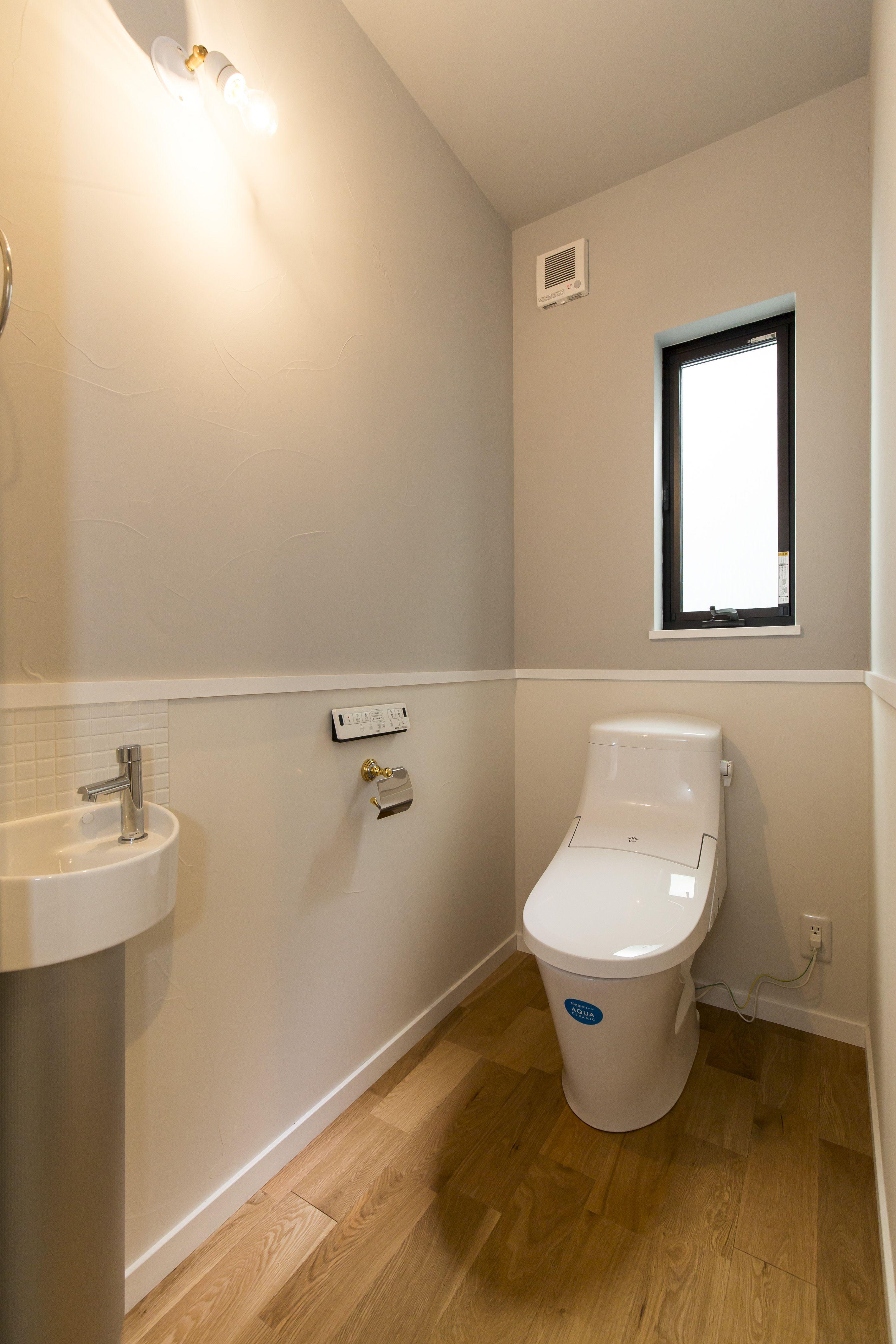 白とライトグレーの優しい色でコーディネートしたトイレ トイレ