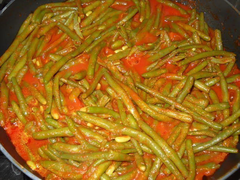 I fagiolini alla pugliese sono una buonissima ricetta di contorno tipica della Puglia. Si preparano lessando i fagiolini con l'aggiunta di sugo di pomodoro. Un contorno fresco, estivo e colorato, ma anche leggero.