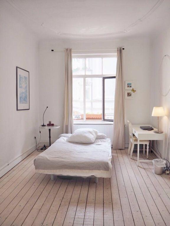 wundersch nes kleines wg zimmer in wei mit hellen dielen und wei en m beln wg zimmer in. Black Bedroom Furniture Sets. Home Design Ideas