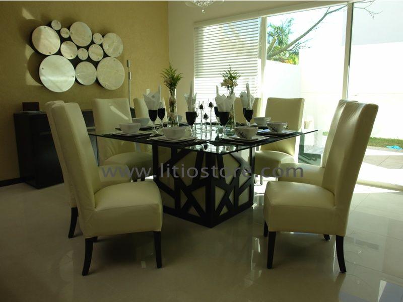 Comedor con cubierta de cristal y sillas tapizadas en piel for Comedores de piel