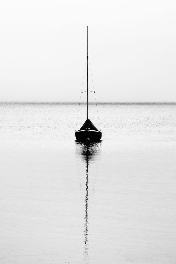 Als je de boot verticaal door de midden zou knippen zul je links hetzelfde zien als rechts als je het op elkaar legt