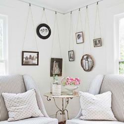 Use picture molding to hang art. (via Southern Living)  LP-plade som fotobaggrund/ramme til runde billeder