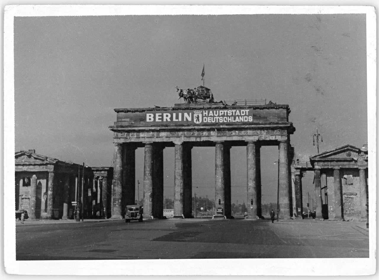 Beschadigtes Brandenburger Tor Mit Aufschrift Berlin Hauptstadt Deutschlands 1948 1950 Berlin Hauptstadt Berlin Hauptstadt