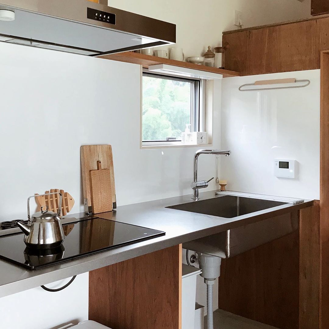 Satori Home Shared A Photo On Instagram キッチンにタオルハンガーをつけました いろいろ探していたら ダイニングテーブルの兄弟みたいなやつを発見して 即決しました 食器を拭いたタオルを乾かしたり 蒸籠を乾かしたりとっ 2020 キッチンデザイン
