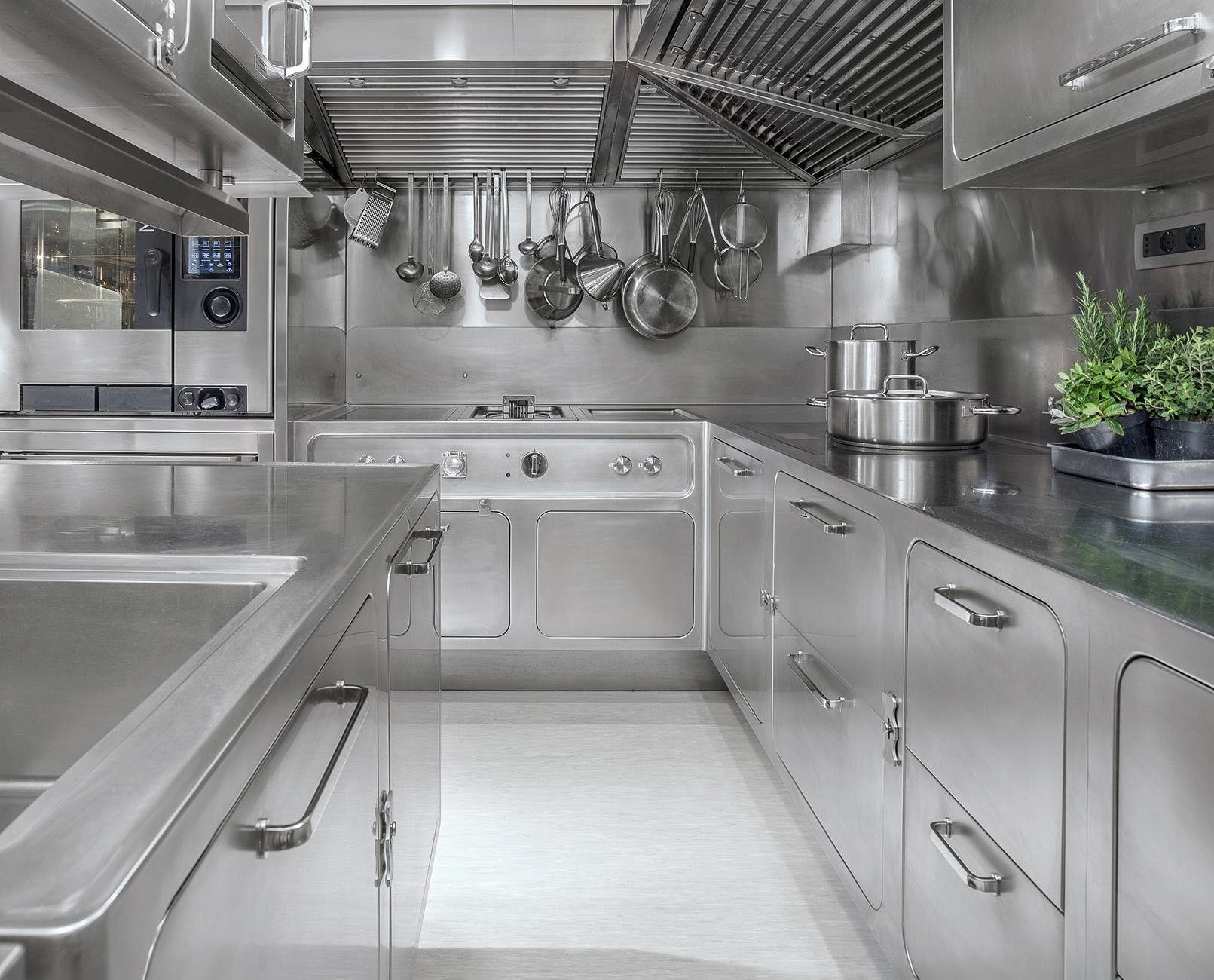Realizzazioni Con Le Cucine Di Design In Acciaio Inox Abimis Industrial Kitchen Design Restaurant Kitchen Design Industrial Kitchen Design Restaurant