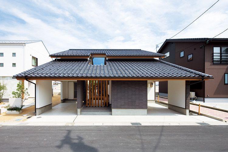 大屋根に和瓦 軒先に一文字瓦を使用 駐車所のシンメトリーな配置も