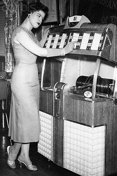 Patsy at a jukebox 1950-something | Patsy cline, Country music singers, Jukeboxes