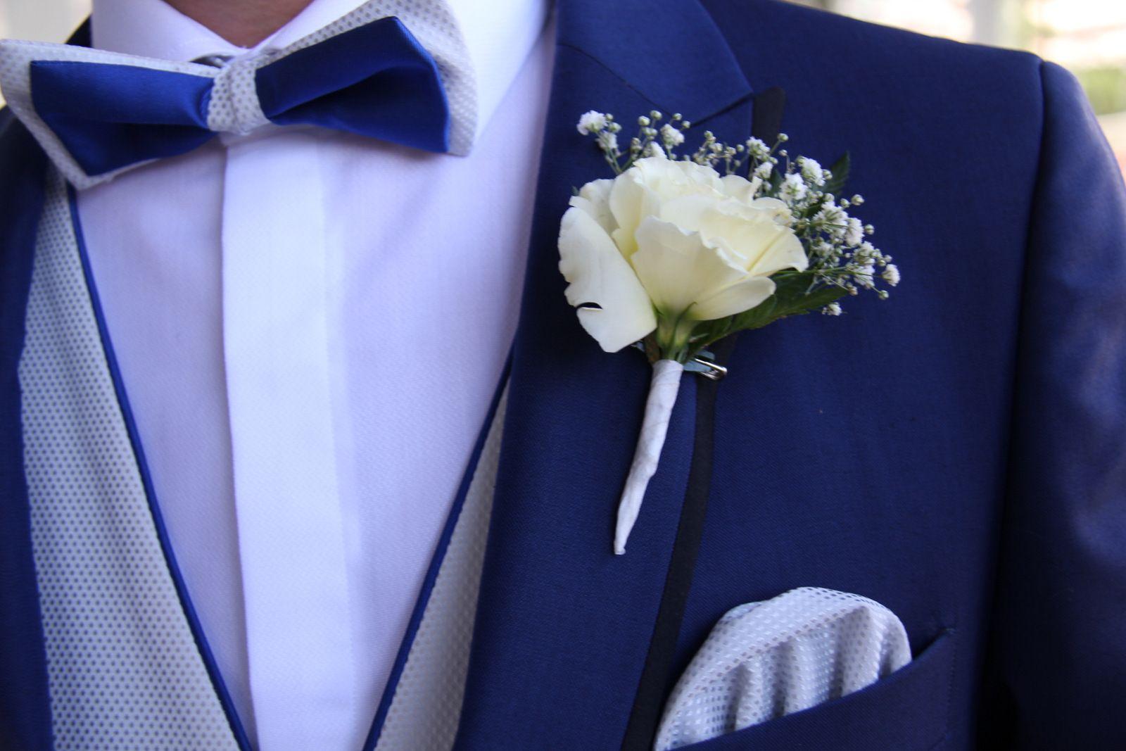 Chaleco novio gris perla cruzado con vistas en azul y pajarita doble capa bicolor.