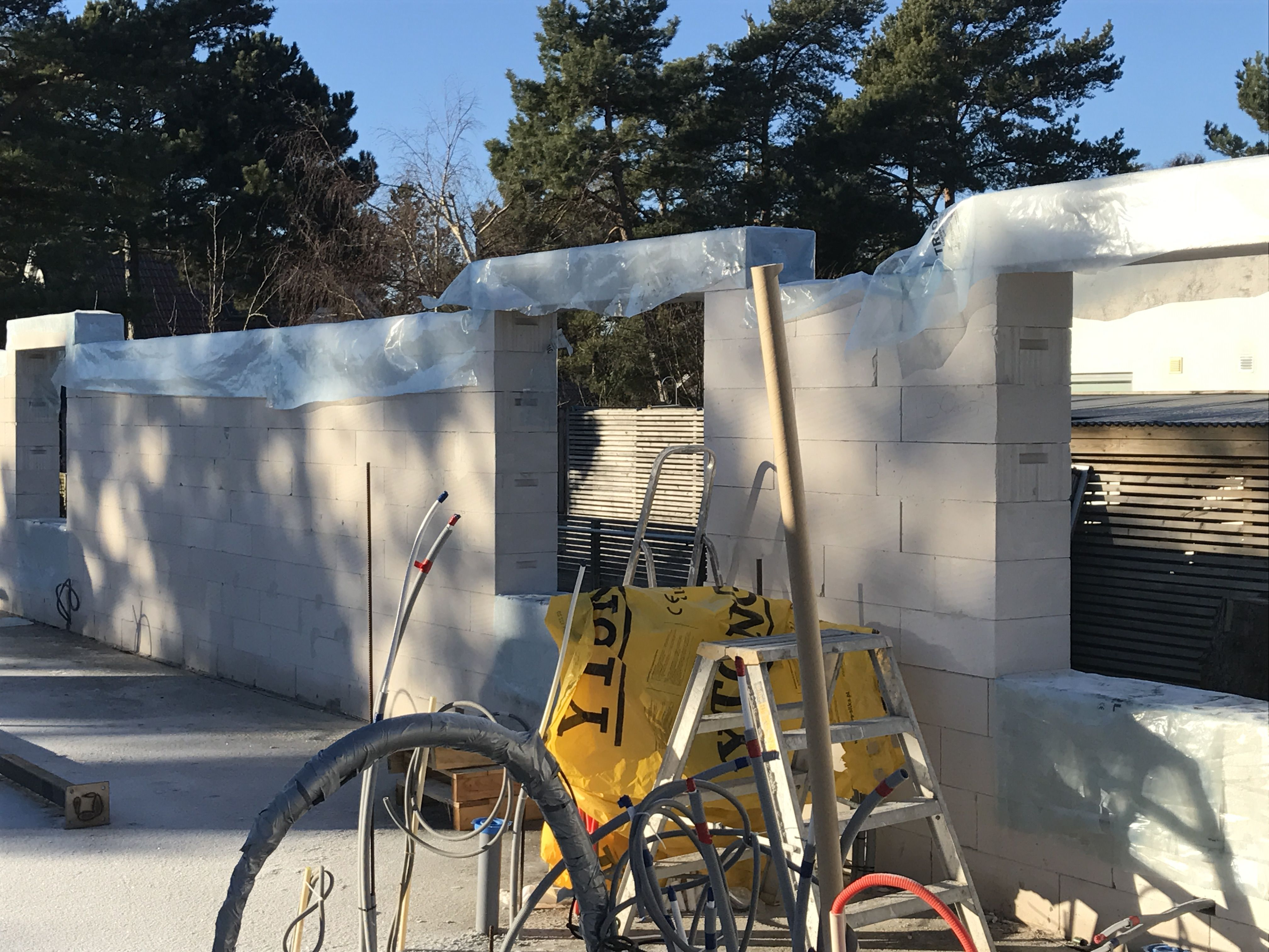 Huset börjar ta sin form – Ytong lättbetong väggar -  Man enkelt såga i blocken och skapa de öppningar för fönster och dörrar som man önskar. När balkarna väl kommer upp ser man fönsterpartierna ta sin form, så spännande att se huset växa fram.   Blogger http://blog.homedoubler.com/2017/04/huset-borjar-ta-sin-form.html   Blogg http://homedoubler.com/huset-borjar-ta-sin-form-ytong-xella-lattbetong