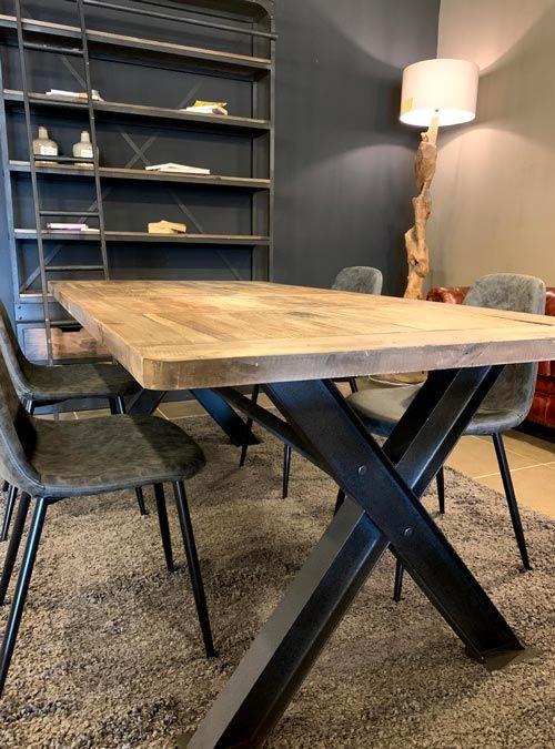 Tavolo stile industriale in legno di recupero e gambe in