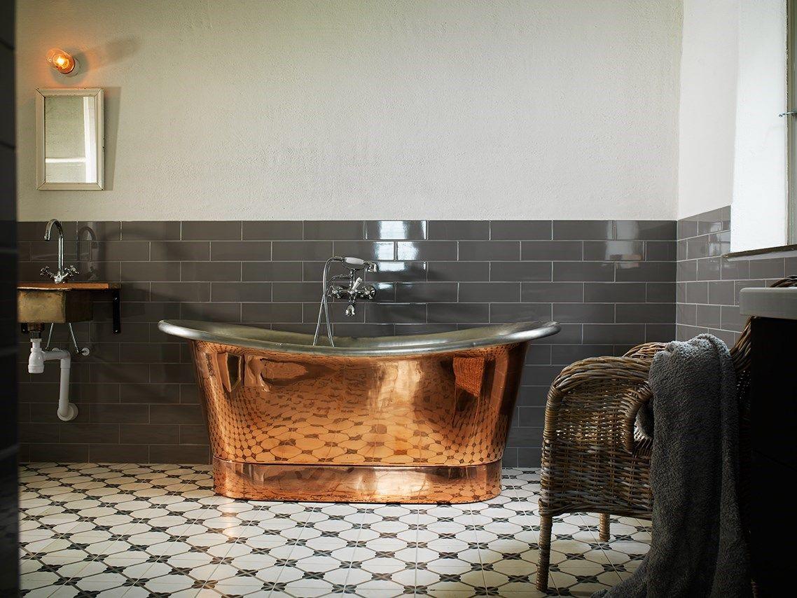 Kopparbadkar, dusch och bastu bjuder detta rum på | Badrumsinspo ...