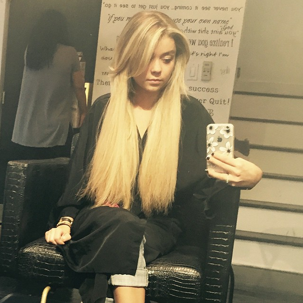 Sarah Hyland Shows Off Long Blonde Extensions Long Hair Life Brunette To Blonde Celebrity Hairstyles