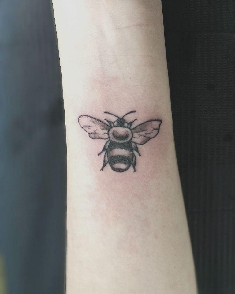Tattooartist:@r.ltattoo ( Bee tattoo )