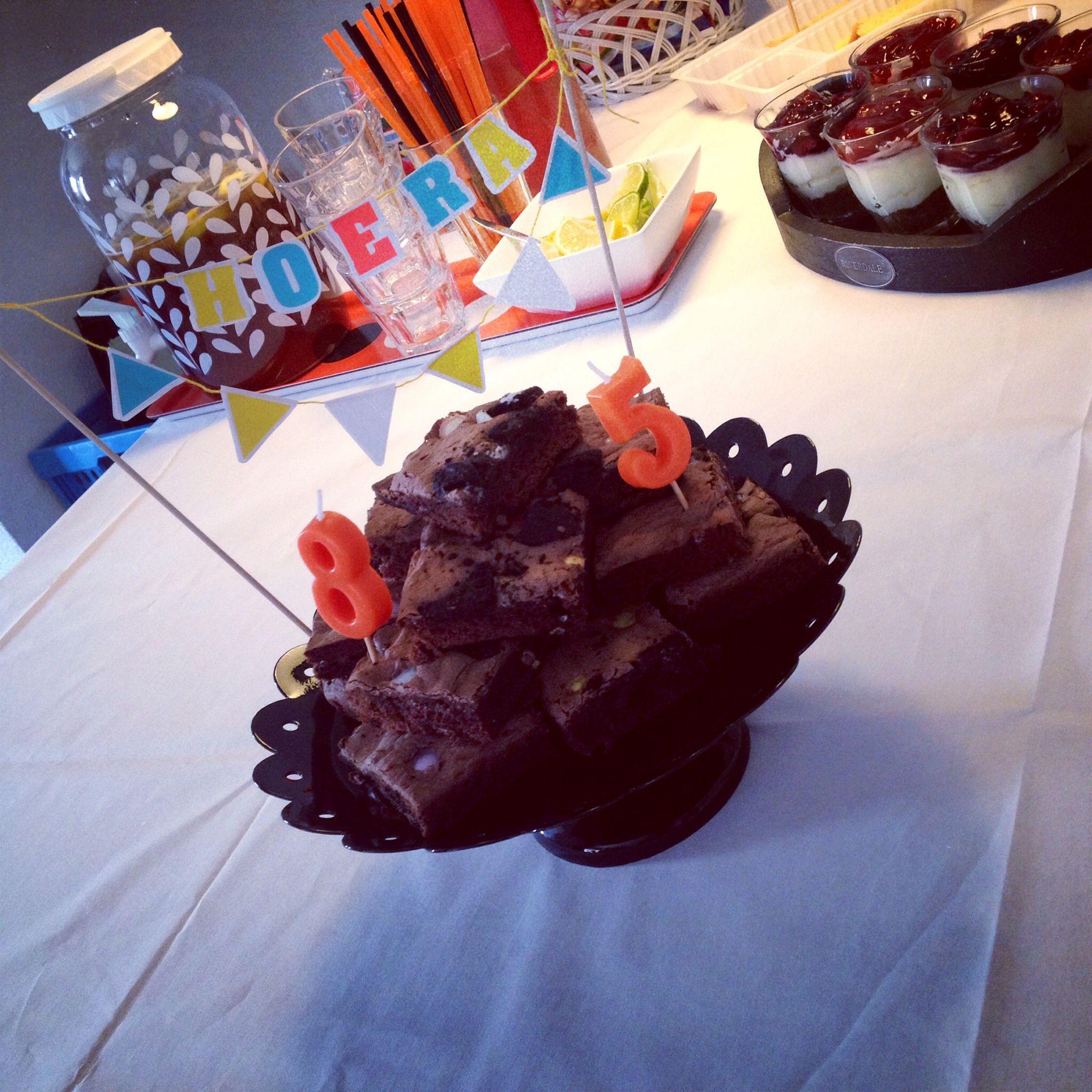 Brownie mét Oreo én Smarties #feestje 5 jaar en 8 jaar #kaarsjes uitblazen  www.cakesenjoy.blogspot.com