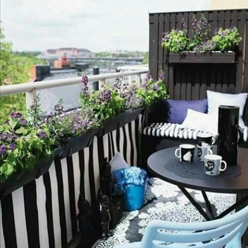 pequeas jardineras colgantes y una sencilla mesa es todo lo que se requiere para hacer de