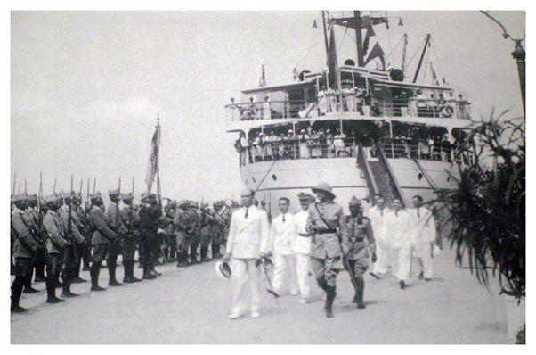 DOMINE - TrasmeshipsLlegada del nuevo Gobernador General de Guinea, Luis Sánchez-Guerra Sáez, a bordo del Dómine.   Corría el año 1935 y le rinde honores la Compañía de tropas indígenas de la Guardia Colonial