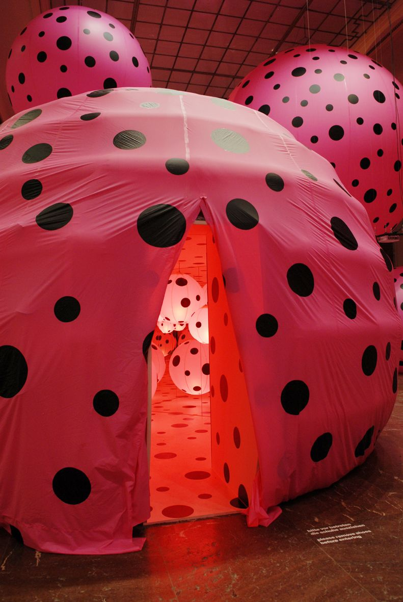 sculpture by Yayoi Kusama - 'losing (her)self to the infinite fabric of the universe, acting as a small dot in an infinity net'...