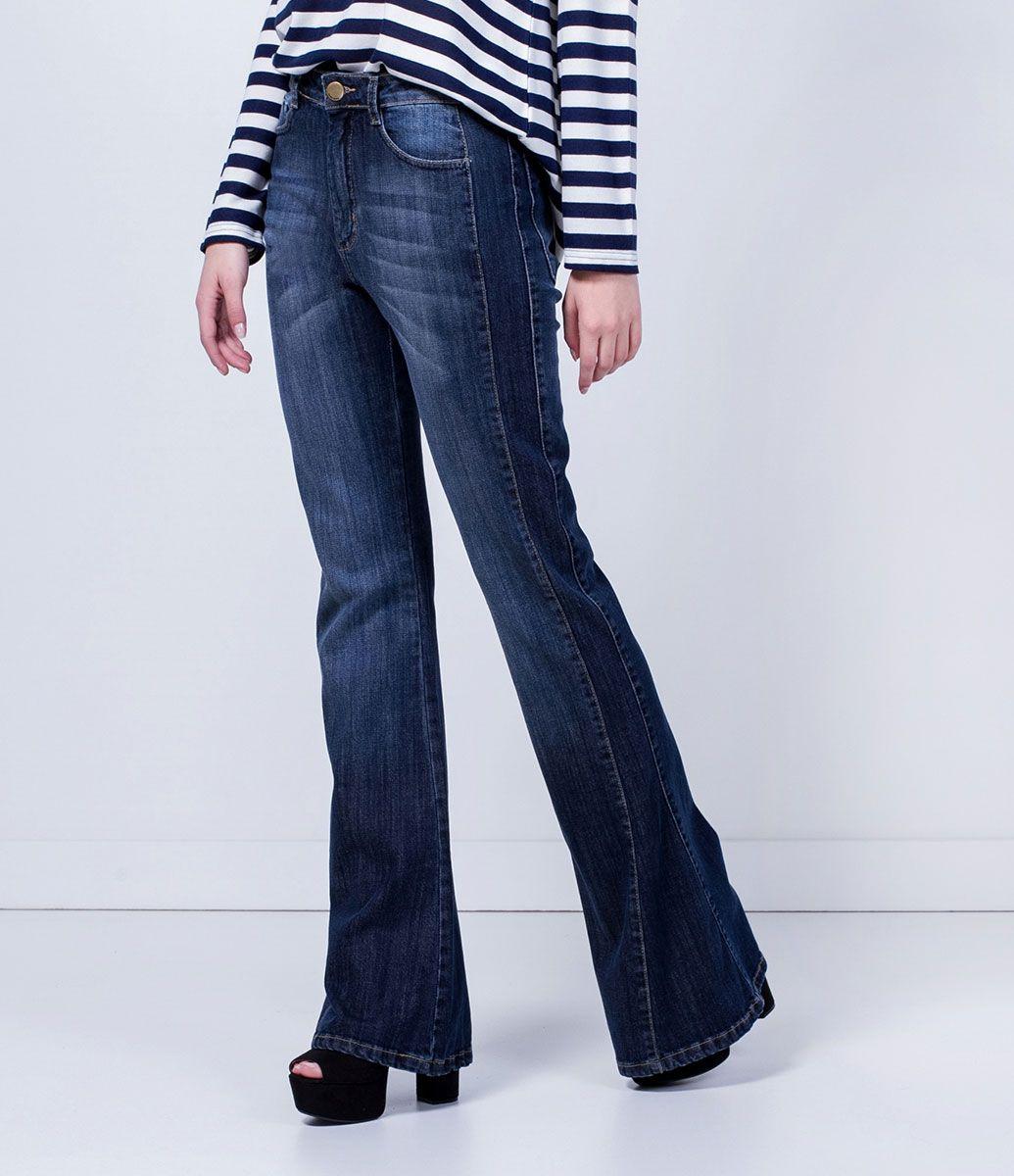 dc29abee0 Calça feminina Modelo flare Detalhe de faixa lateral Marca: Marfinno  Tecido: Jeans Composição: