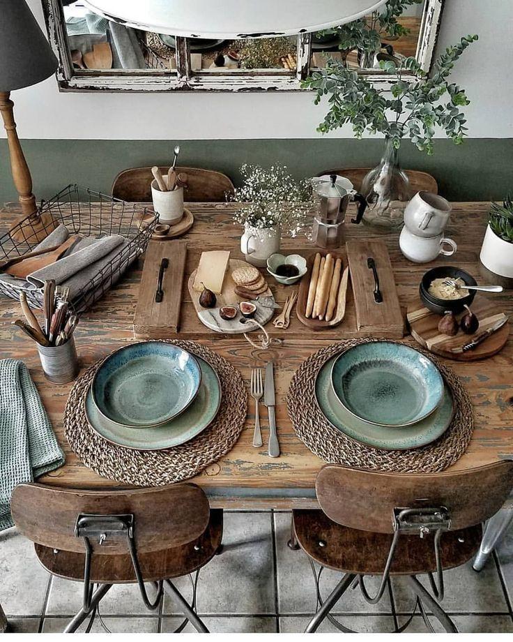 Rustikales Casual Dining und jede Menge Textur auf diesem Naturholztisch. Grünes Plat ...